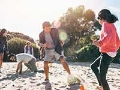 Familia hispana jugando en la arena