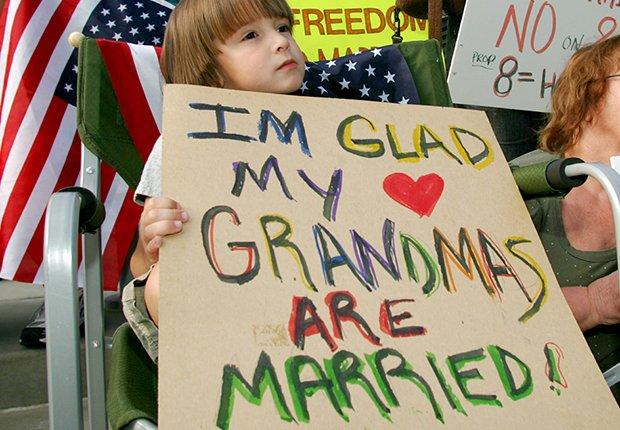 Niño con un cartel a favor de los homosexuales