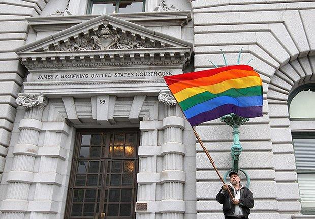 Hombre ondeando la bandera que representa a los homosexuales