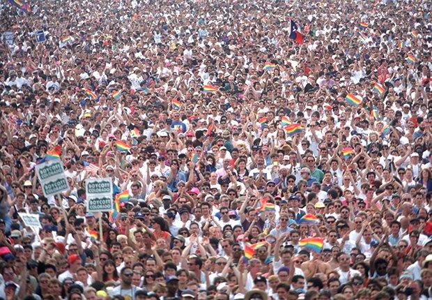Multitud a favor de los derechos de los homosexuales