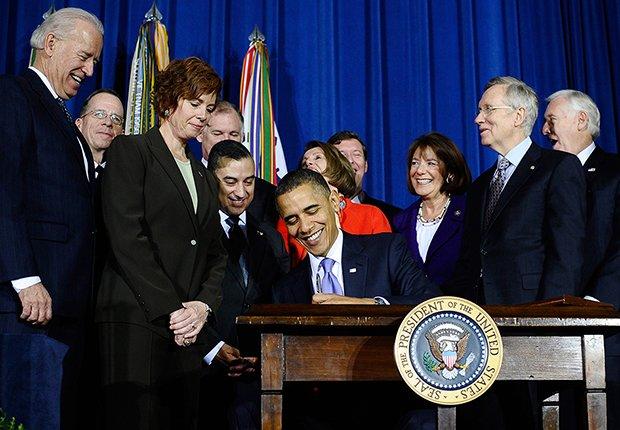 Presidente Barack Obama firmando una ley