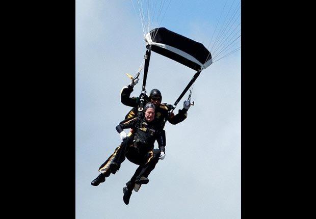 George H.W. Bush celebrando su cumpleaños 85 tirándose en paracaidas - Cómo los Ex-Presidentes manejan su tiempo después de dejar el cargo