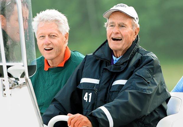 Bill Clinton y George H.W. Bush jugando golf - Cómo los Ex-Presidentes manejan su tiempo después de dejar el cargo