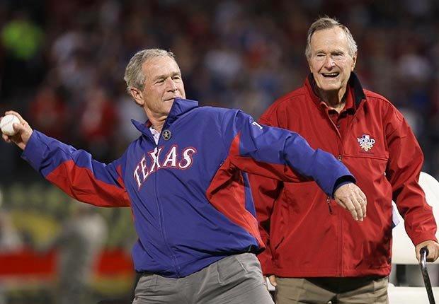 Los Bush tirando la primera bola en el primer juego de la Serie Mundial en 2010 - Cómo los Ex-Presidentes manejan su tiempo después de dejar el cargo