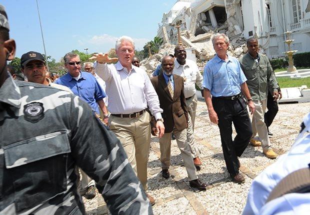 Bill Clinton y George W. Bush en Haiti después del terremoto del 2010 - Cómo los Ex-Presidentes manejan su tiempo después de dejar el cargo