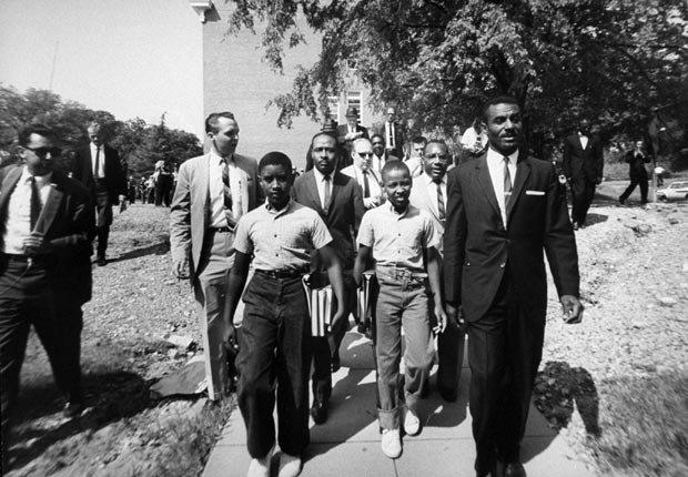 Barbero Afro-Americano, James Armstrong con sus hijos, Dwight y Floyd con el reverendo Fred L. Shutllesworth en la escuela Graymont de solo blancos.