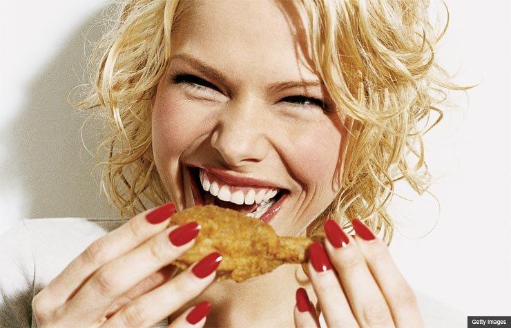 Una joven come un muslo de pollo