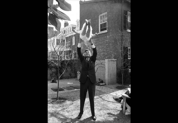 John F. Kennedy juega con Caroline Kennedy - Imágenes del fotógrafo Jacques Lowe