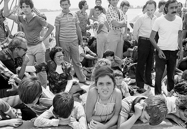 Refugiados cubanos esperan a bordo de un barco en el puerto de Mariel, Cuba, con destino a Cayo Hueso, Florida, el 23 de abril de 1980.
