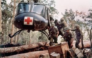 4to Batallón Americano, Soldados de la 173ra Brigada colocan a soldado herido en un helicóptero