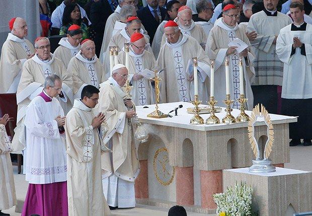 El papa Francisco oficia la misa donde fue beatificado Junípero Serra. Santuario Nacional de la Inmaculada Concepción