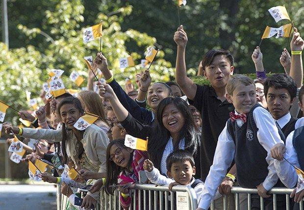 Una multitud de católicos esperan por el papa Francisco - Washington, DC