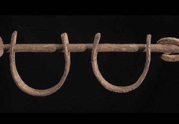 Grilletes de hierro que fueron usados para restringir la libertad a los esclavos abordo de los barcos