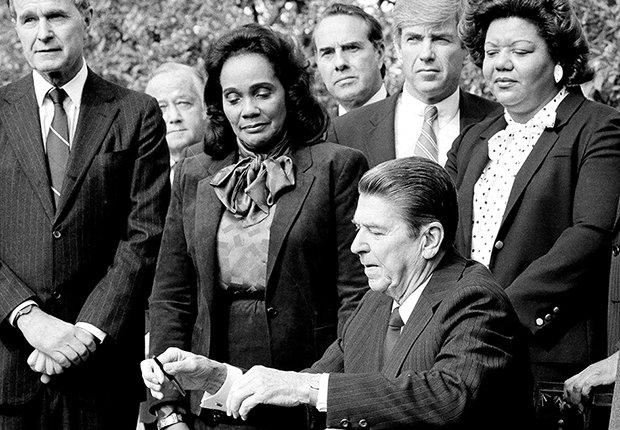 El presidente Ronald Reagan firmó una ley para crear el día de Martin Luther King Jr.