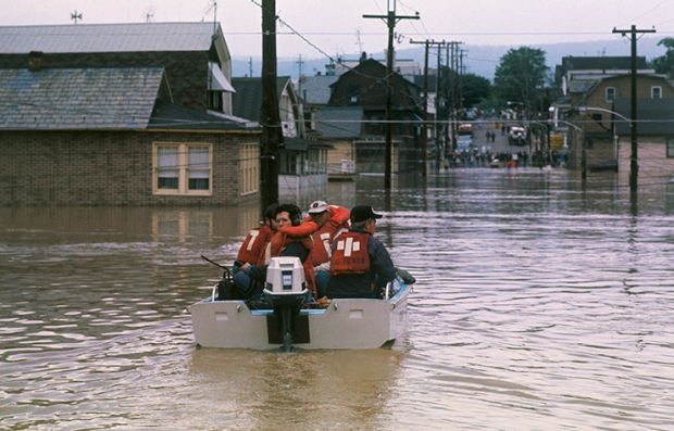 Equipo de rescate durante el huracán Agnes, 1972