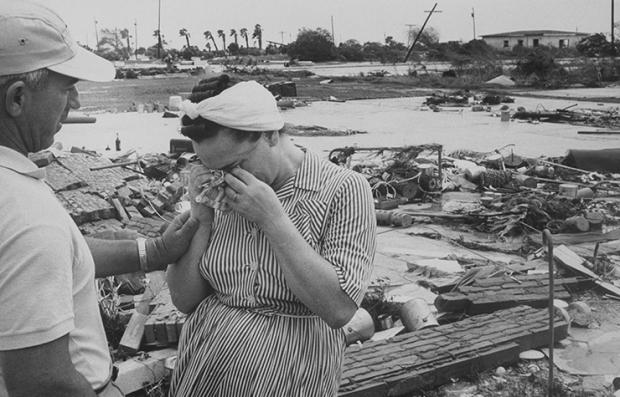 Mujer desconsolada durante el huracán Carla