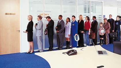Una larga cola de gente esperando fuera de una oficina - Cómo le afecta las medidas del secuestro