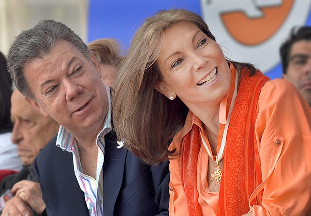 Colombian President Juan Manuel Santos (L) and his wife Maria Clemencia Rodriguez