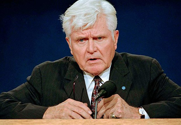 James B. Stockdale, durante un debate político