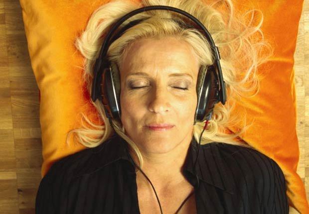 Mujer oyendo música - sea usted una prioridad