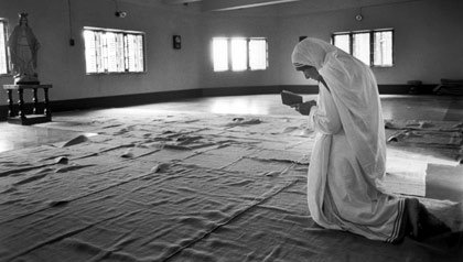 Madre Teresa reza en Calcuta, India en 1989