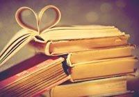 Una pila de libros con un corazón doblado en las páginas - Libros sobre el sexo