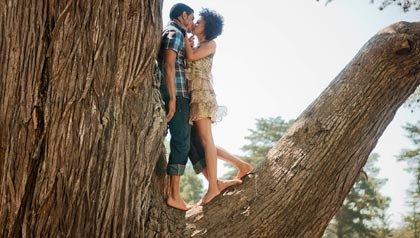 Pareja besándose en un árbol