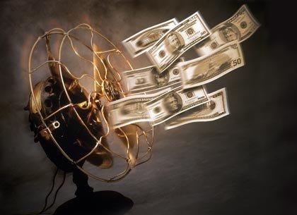 Ventilador soplando billetes de dolar