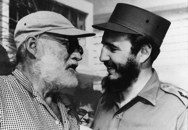 Fidel Castro y el escritor estadounidense Ernest Hemingway juntos en Cuba, 1960.