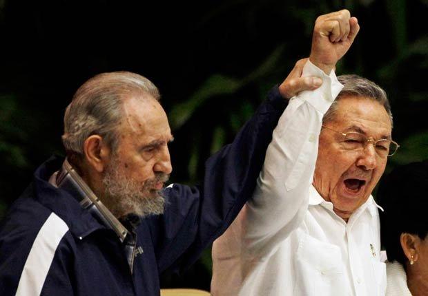 Fidel Castro levanta la mano de su hermano, Raúl Castro, mientras cantaba el himno nacional de 2011.