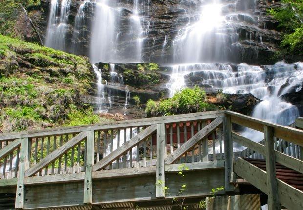 8 hermosas cataratas distintas de las Cataratas del Niágara: Cataratas Aminalola, en Dawsonville, Georgia