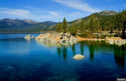Lago Tahoe rodeado de montañas y pinos en California y Nevada.