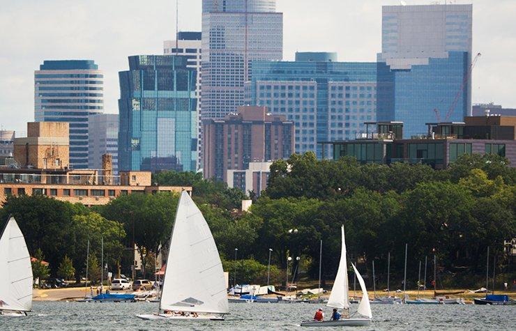 Ciudades para divertirse al aire libre - Veleros en un lago
