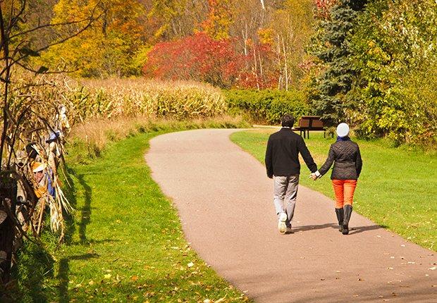 Ciudades para divertirse al aire libre - Pareja caminando