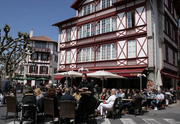 Café en la plaza Luis XIV en St. Jean-de-Luz. - Imágenes del país Vasco