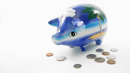 AARP - Consejos para ahorrar dinero durante los viajes - Alcancia de un cerdo pintada en azul