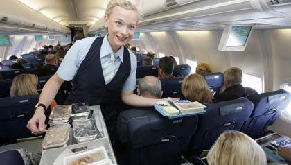 Asistente de vuelo en la cabina de un avión