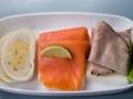 Manténgase hidratado, coma proteínas, frutas frescas y verduras antes de un vuelo largo.
