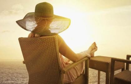 Mujer en un crucero en las Bahamas, 5 lugares para celebrar el Día de la Madre