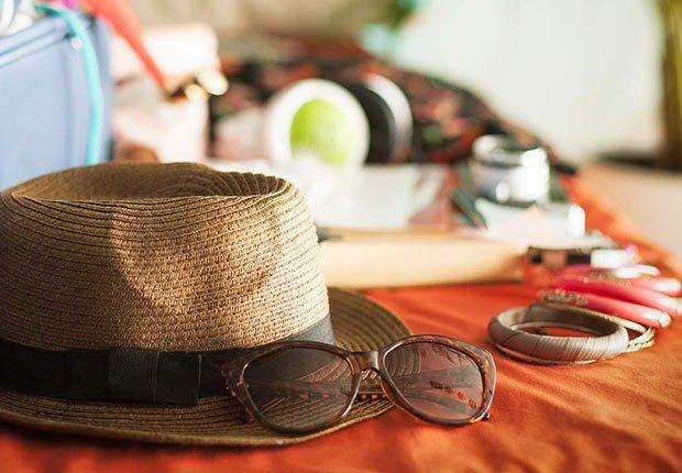 Sombrero y lentes sobre una mesa - Guía para planificar un viaje en crucero