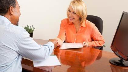 Tener una reunión con un servicio de redacción de hojas de vida puede ayudarle a evitar estafas.
