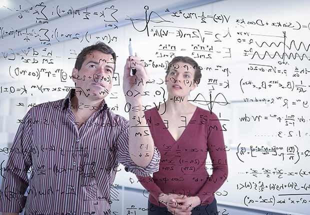 Trabajos con poco estrés, pero bien pagados, un matemático haciendo cálculos en un tablero