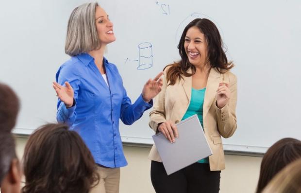 Profesor enseñando a personas adultas - Trabajos de medio tiempo.