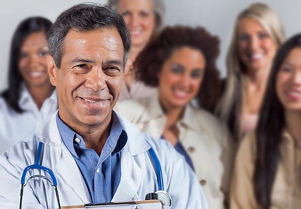 Médico hispano en frente de un grupo - Trabajos de gran demanda en el 2014