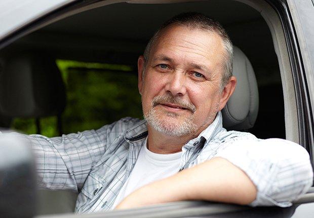 Hombre mayor manejando una camioneta