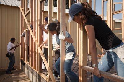 Hispanos trabajando en una construccion