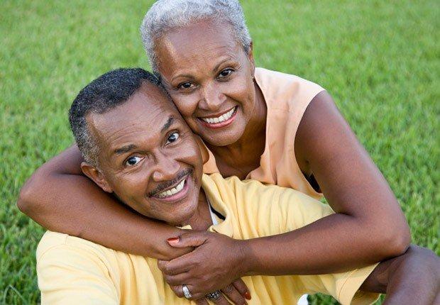 Pareja abrazándose - AARP preguntas hechas sobre el seguro social