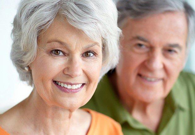 Pareja de personas maduras - AARP preguntas hechas sobre el seguro social