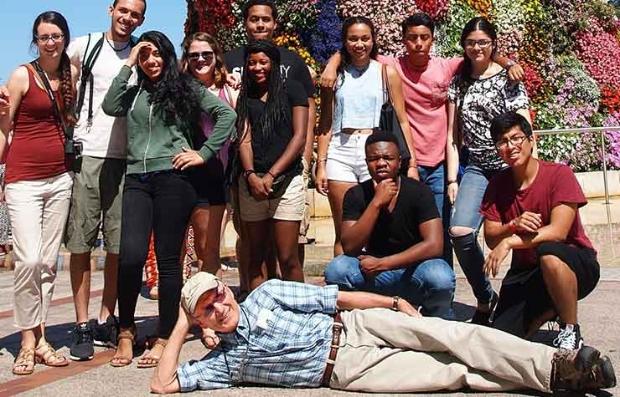 Gary Nees recostado en el suelo con un grupo de estudiantes en España en el 2015 - Ganar dinero en la jubilación