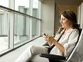 Mujer viendo el teléfono - Las mejores aplicaciones para volar